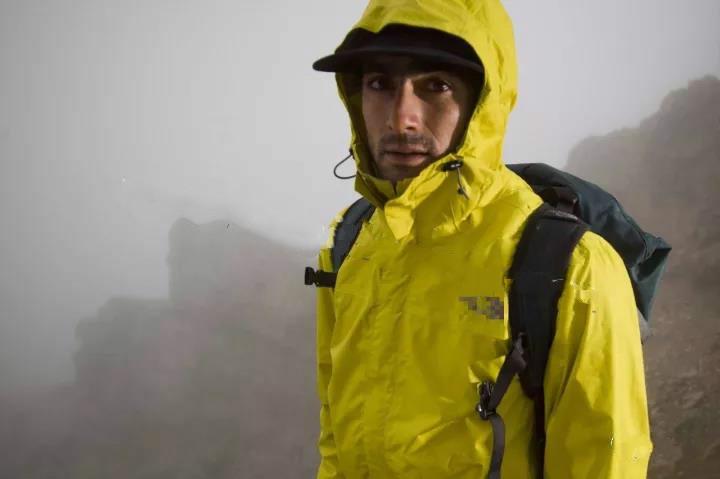 都是防水的冲锋衣 有些就硬是比一般冲锋衣贵上许多?